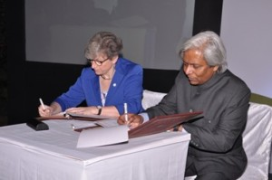 Prof Jane Elliott and Prof VijayRaghavan signing the letter of intent